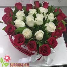 Композиция из 25 белых и красных роз в коробке в форме сердца.