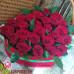 Композиция из 25 местных роз в коробке в форме сердца